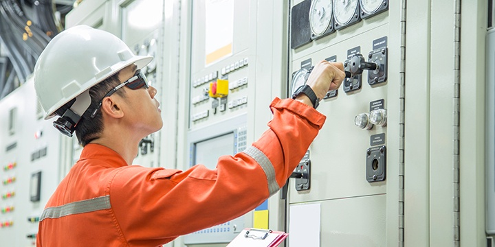 General Industrial - Technician at electrical control panel - 720x360
