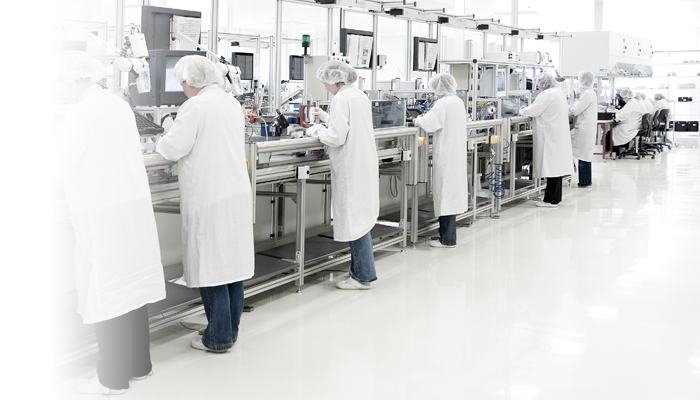 Critical Environments - Cleanrooms - Cleanroom with workers - with Fade L 700x400